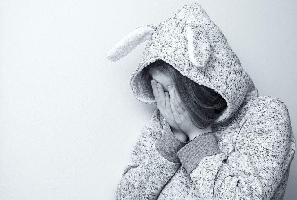 Femme-qu-se-tient-la-tête-dans-un-pyjama-lapin